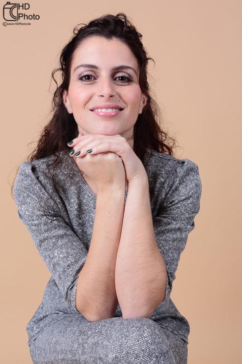 Portrait studio - femme en beige